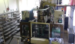 Paddelblätter aus HDPE werden in der Pressanlage erzeugt.