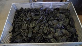 Abfall, den wir zur Gänze wiederverwenden: Kunststoffreste aus der Blattproduktion in der Pressanlage.