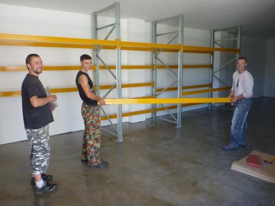 Die Kollegen bereiten Lagerstätte für neue Paddelblätter vor.