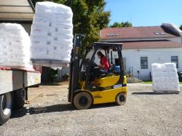 Große Lieferungen vom Kunststoffgranulat kommen bei uns mehrmals im Jahr an.